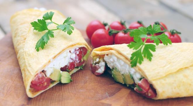 Wrap van omelet met Huttenkase trostomaatjes en avocado