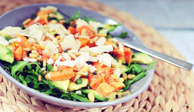 Papaya-salade-met-avocado-pijnboompitten-en-oude-geitenkaas